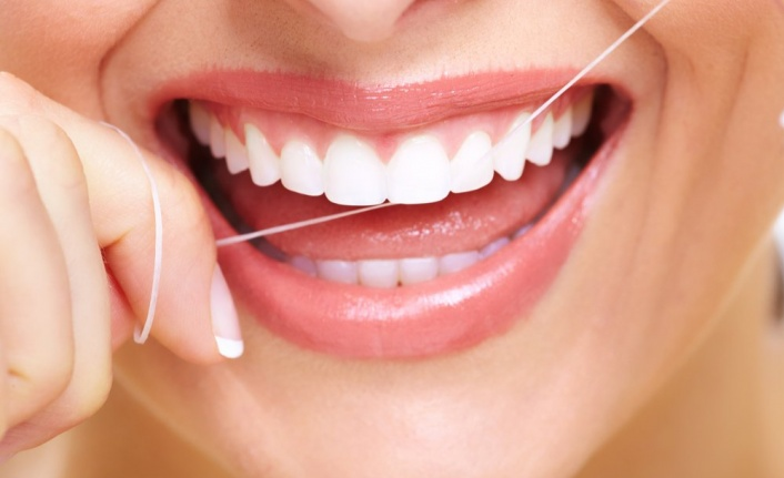Dişinizi beyazlatmak için sirke ve karbonat kullanıyorsanız… Dikkat!
