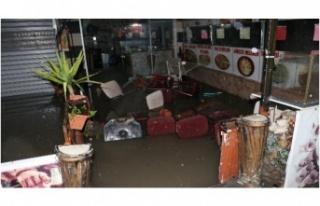 Ankara'da sağanak yağmur! Ev ve dükkanları...